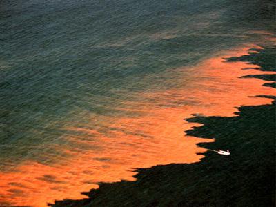 Это не пожар и не выброс нефти – океан недалеко от Калифорнии фосфоресцирует из-за огромного скопления микроскопических жгутиконосцев ночесветок